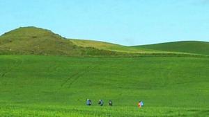 pelgrims in groen heuvelachtig landschap