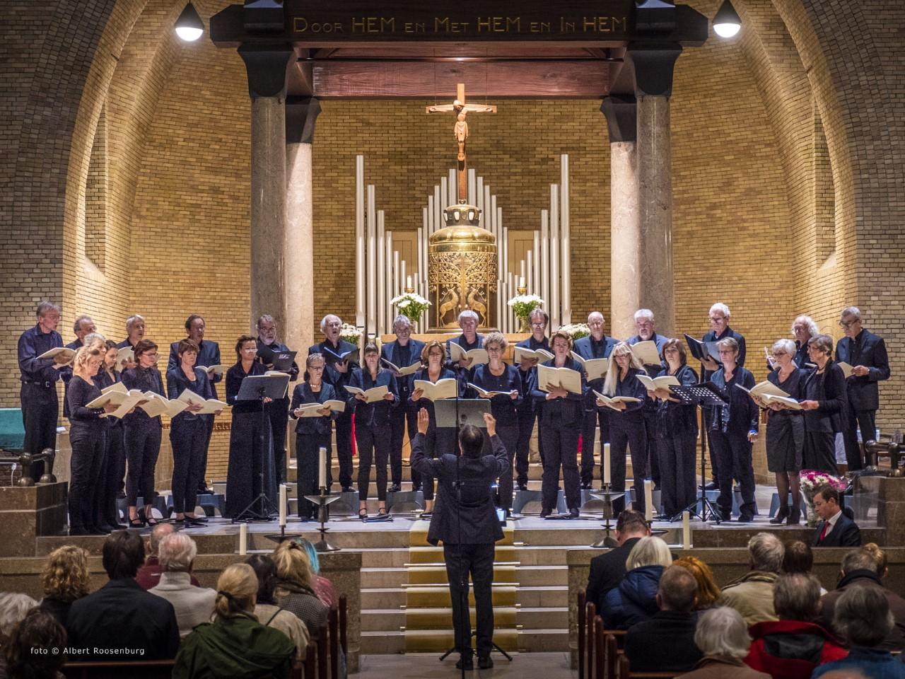 Foto optreden Luna Kamerkoor in een kerk.
