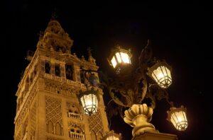 toren kathedraal sevilla bij nacht