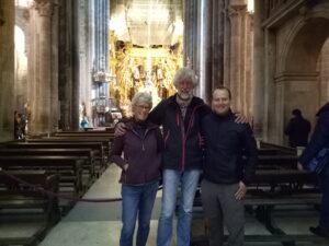 Tijmen, Joke en Tristan in de kathedraal in Santiago de Compostela
