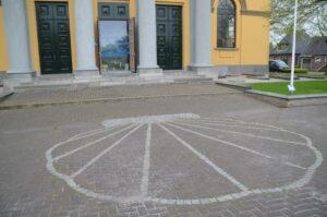 Schelp in het plaveisel voor de Groate Kerk