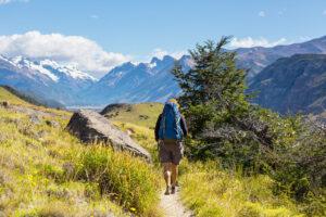 wandelaar op bergpad met uitzicht op een bergkam