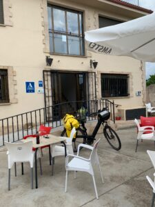 de fiets van pieter de jong op het terras van een albergue