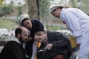 Pater, verzorgsters en bedevaartganger in Lourdes