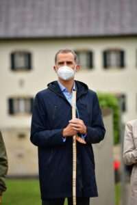 De Spaanse koning Filipe met pelgrimsstaf en mondmasker