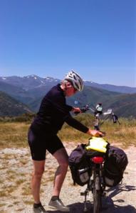 jeanne met haar e-bike tegen een achtergrond van bergen