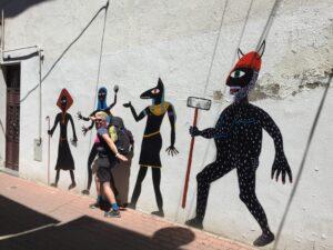 Gooitske Hoekstra voegt zich in een rijtje op een muur geschilderde lopers