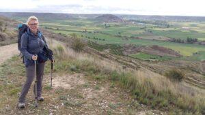 Celine Heijboer tegen een vergezicht in bergachtig landschap