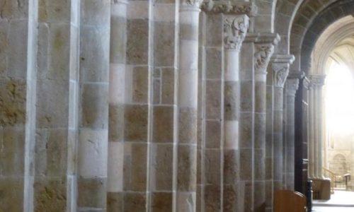 Basiliek Vézelay- pelgrim in het licht